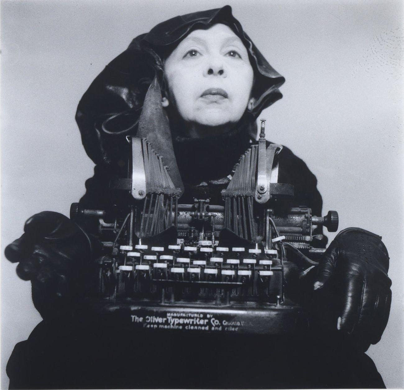 Geta Bratescu, Doamna Oliver în costum de călătorie, 1980 2012. Photo Mihai Brătescu. Collezione Privata, Bucarest