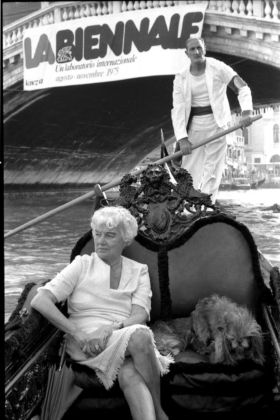 Peggy Guggenheim in gondola sul Canal Grande, Venezia, 1975 © Gianfranco Tagliapietra Interpress Photo