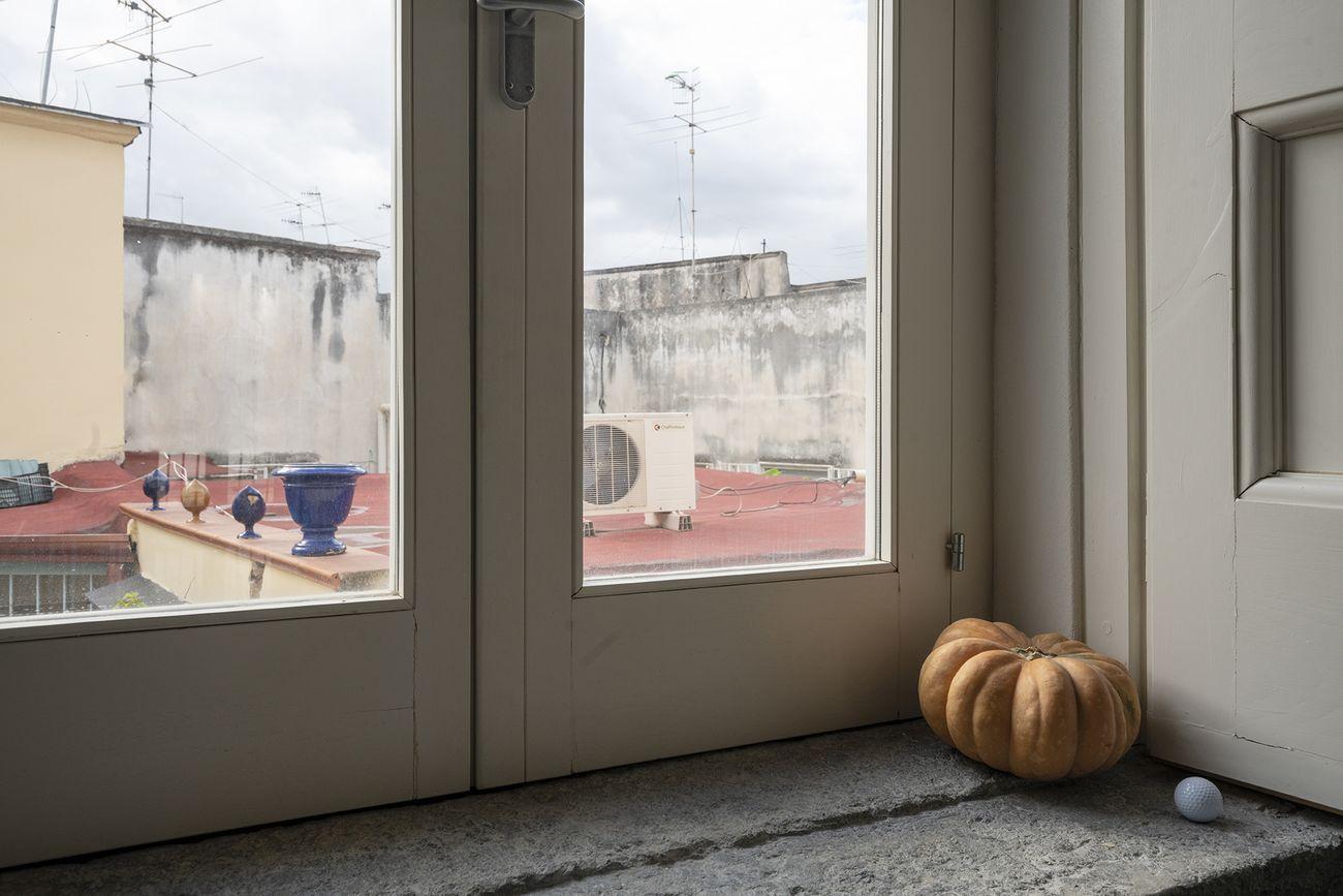 Wilfredo Prieto, Una linea sottile tra l'equilibrio e tutto il resto, 2019. Courtesy Fondazione Morra Greco, Napoli. Photo © Maurizio Esposito