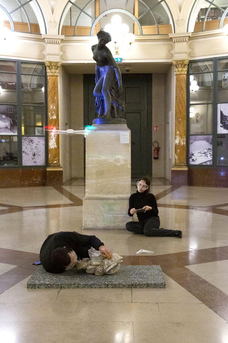 g. olmo stuppia. Archéologie du futur. Performance il drone vola zenitalmente sulla testa. INHA, Parigi 2019. Photo Susanna Pozzoli