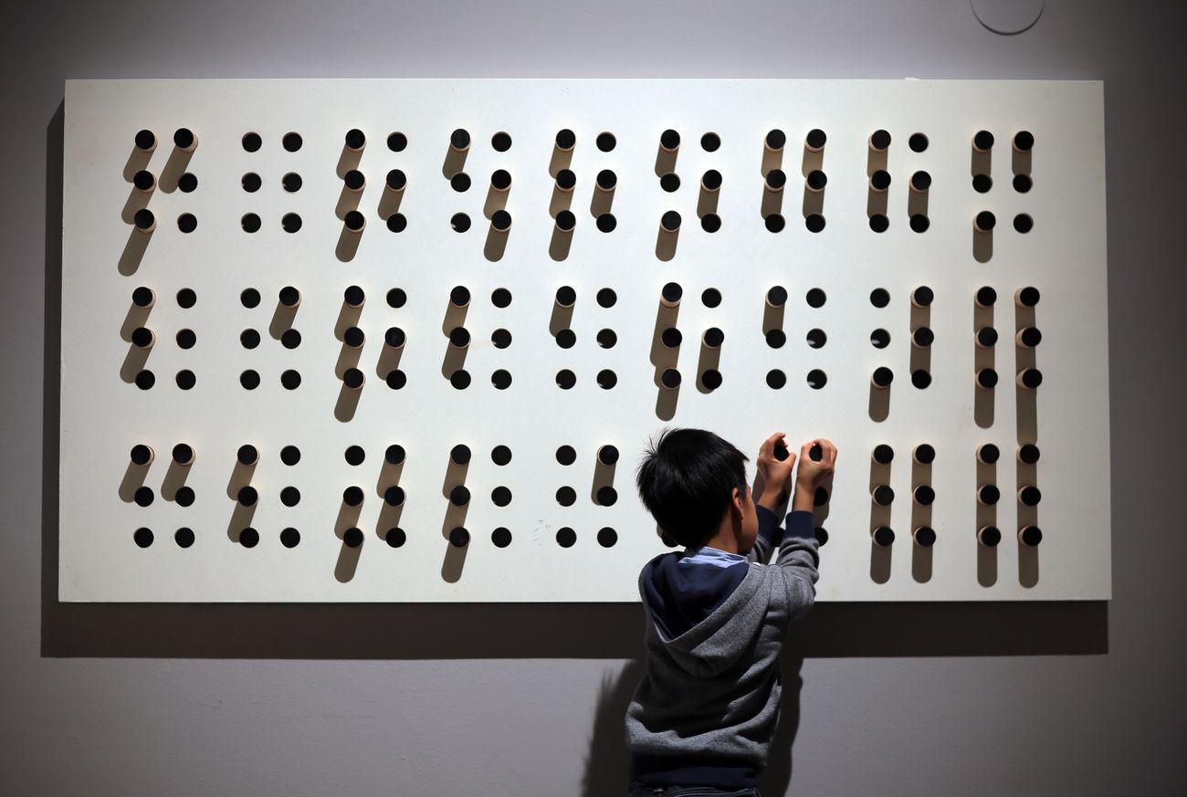 Mostra laboratorio Sensi unici pannello braille. Palazzo delle Esposizioni, Roma