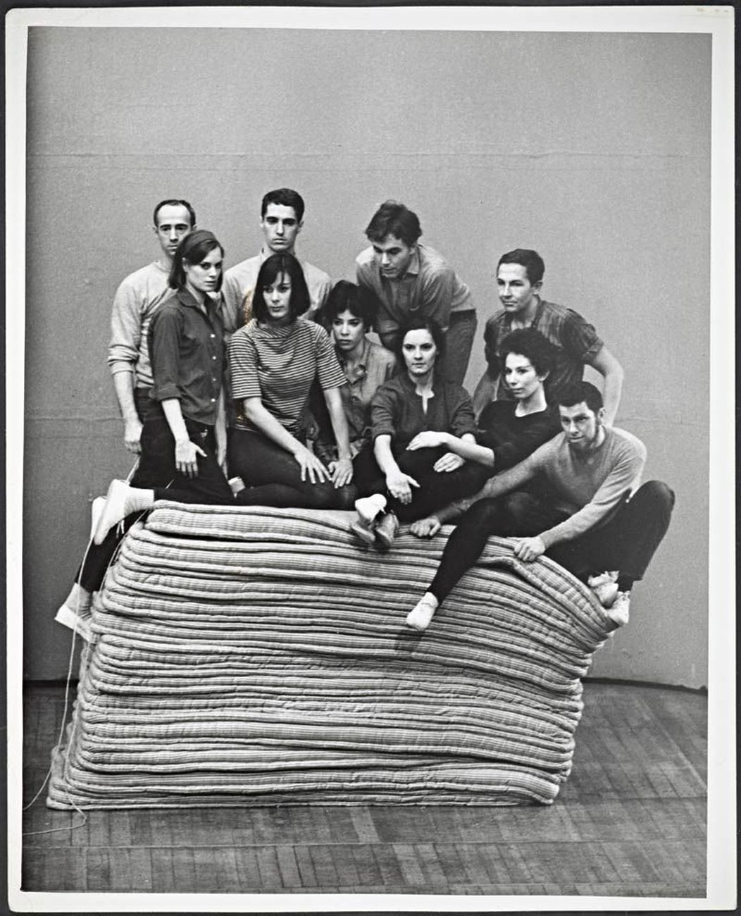 Peter Moore, Untitled (The cast of Yvonne Rainer's Part of Some Sextets, 1965). Courtesy of Barbara Moore e Paula Cooper Gallery