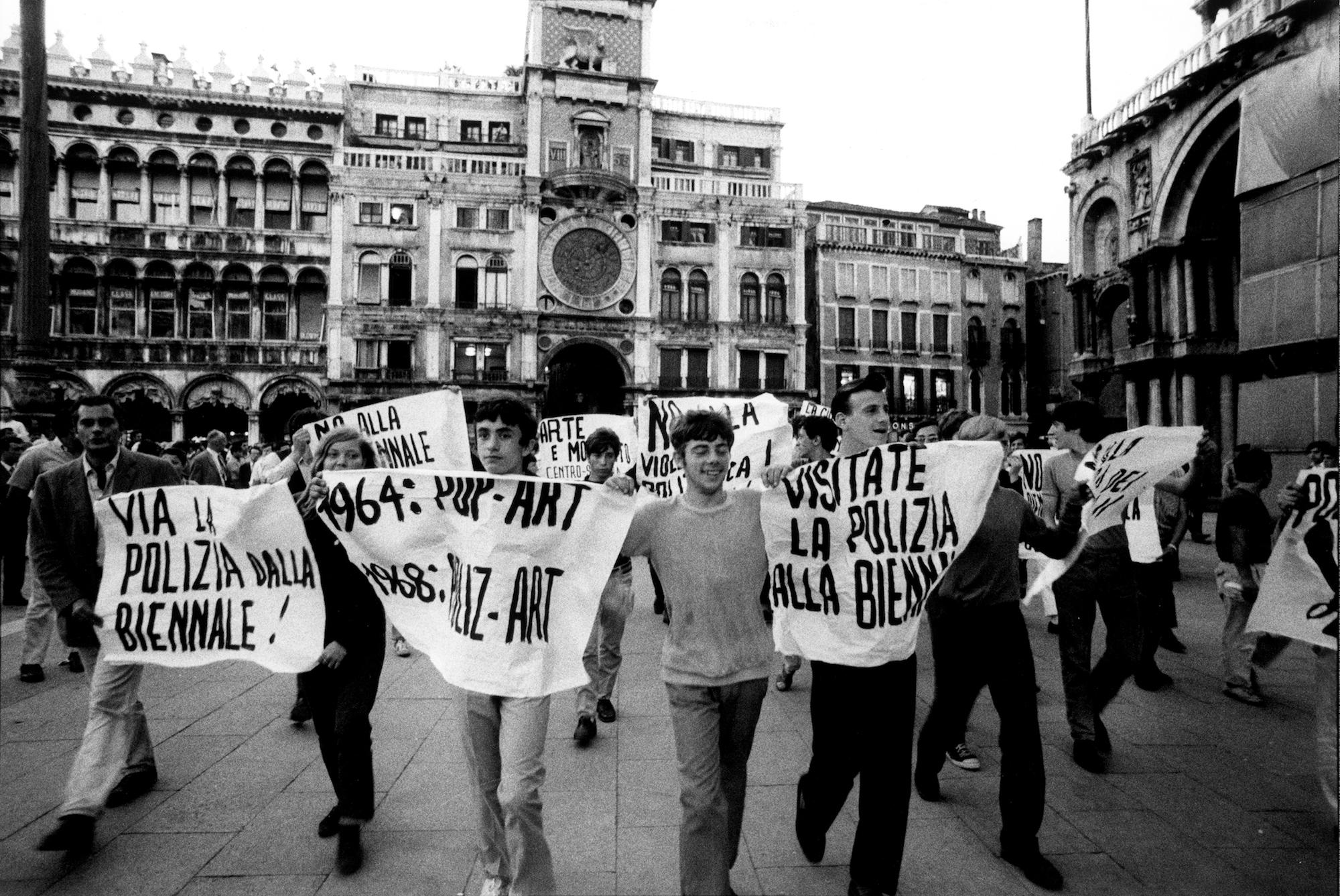Proteste studentesche alla Biennale di Venezia, 1968. Foto di Ugo Mulas