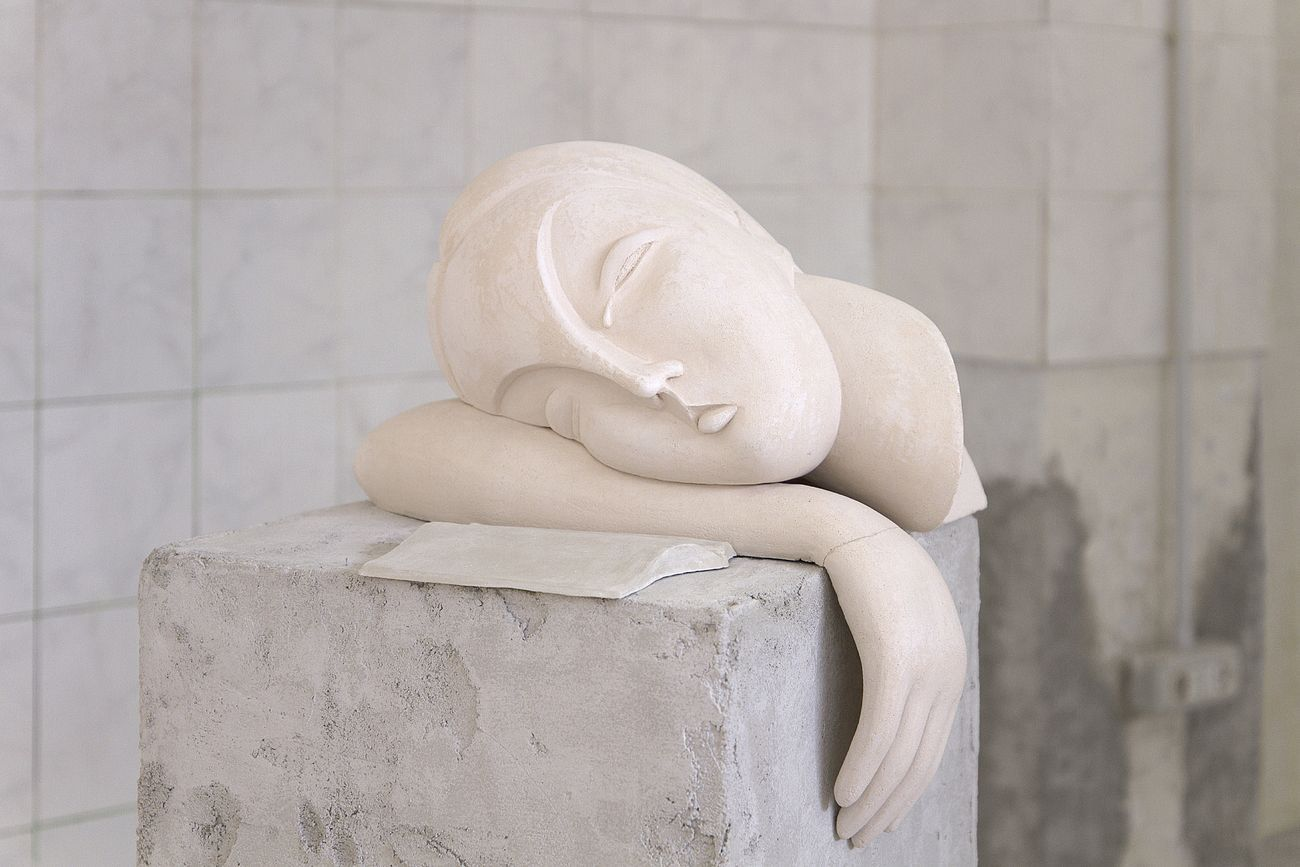 Viola Leddi, Sleepless Girl, 2018 19, 2 components, ceramic, raw clay, wood, plastic, steel, mortar, approx. 41 x 36 x 125 cm and 23 x 11 x 9 cm. Photo siliqoon agency