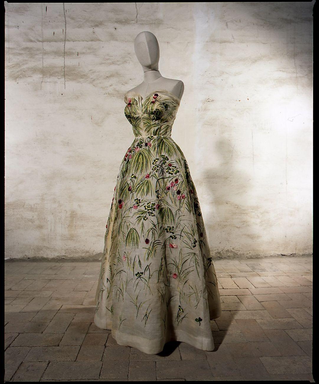 Abito autentico di Irene Galitzine, con etichetta, su modello Dior. Courtesy Sartoria Farani