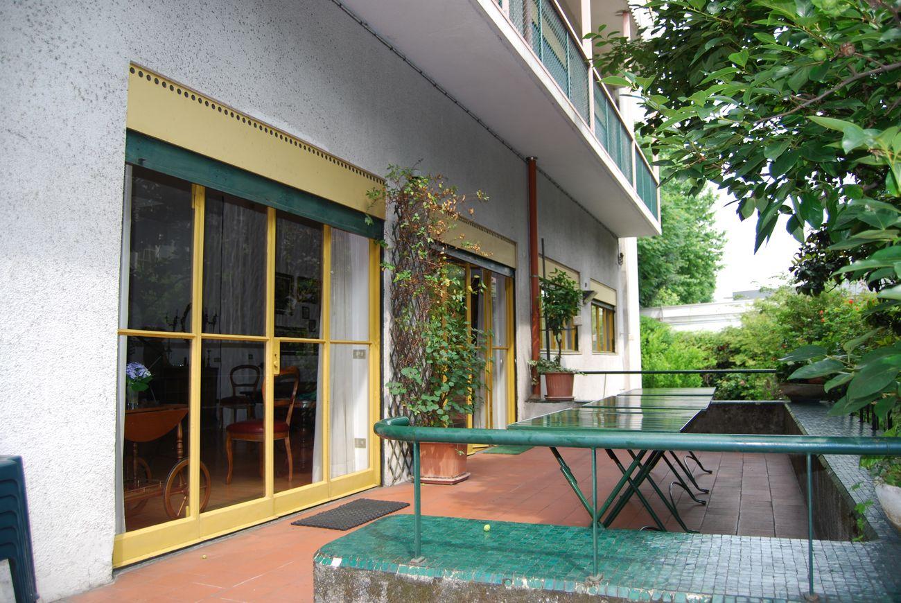 Franco Albini, Villa Pestarini, Milano. Photo courtesy Giuseppe Galbiati. Terrazza esterna dal giardino
