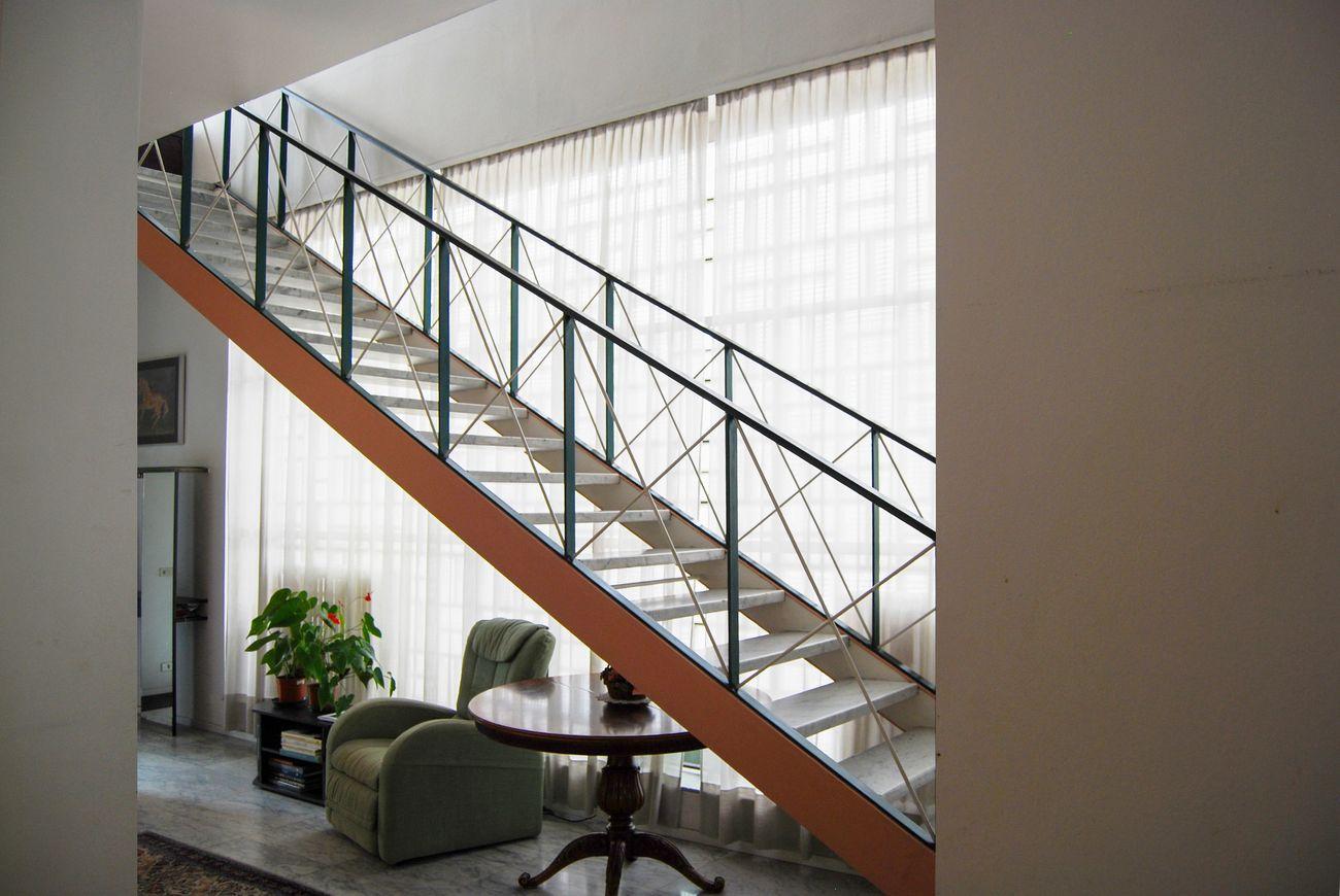 Franco Albini, Villa Pestarini, Milano. Photo courtesy Giuseppe Galbiati. Vista sulla scala sospesa in ferro
