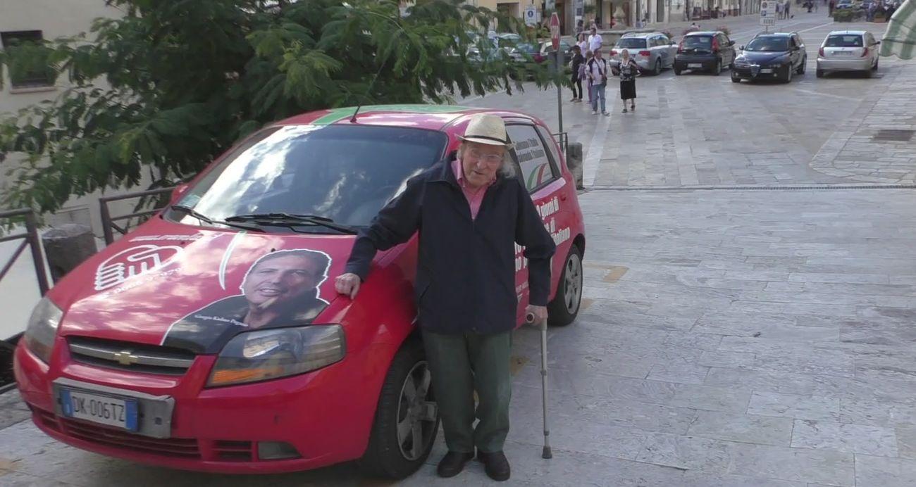 Guido Ceronetti a Cetona, dover volle farsi fotografare accanto all'auto nella quale Giorgio Kadmo Pagano condusse lo sciopero della fame davanti al MIUR. Photo Giorgio Kadmo Pagano