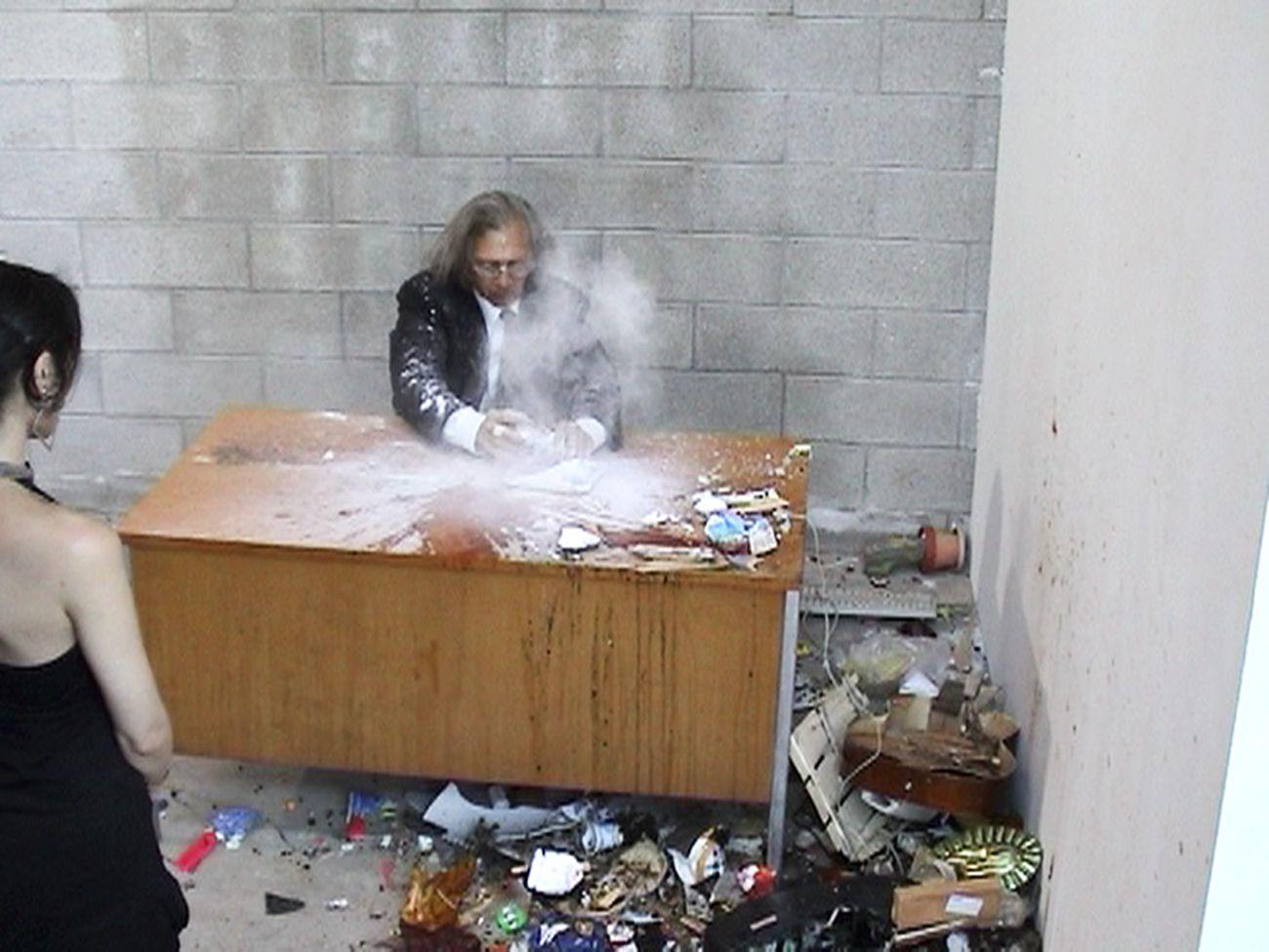 Jimmie Durham, Smashing, 2004, still da video