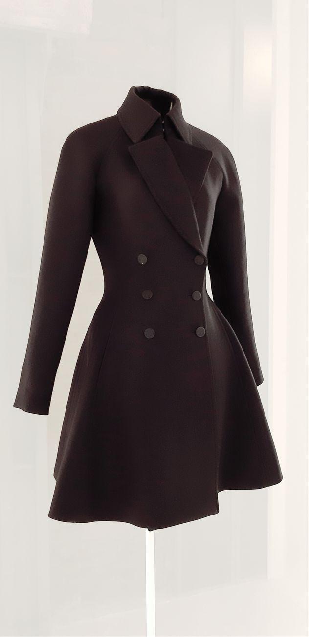 Alaïa, cappotto doppiopetto in gabardine di lana blue marine con laniche raglan. Collezione autunno inverno 2012