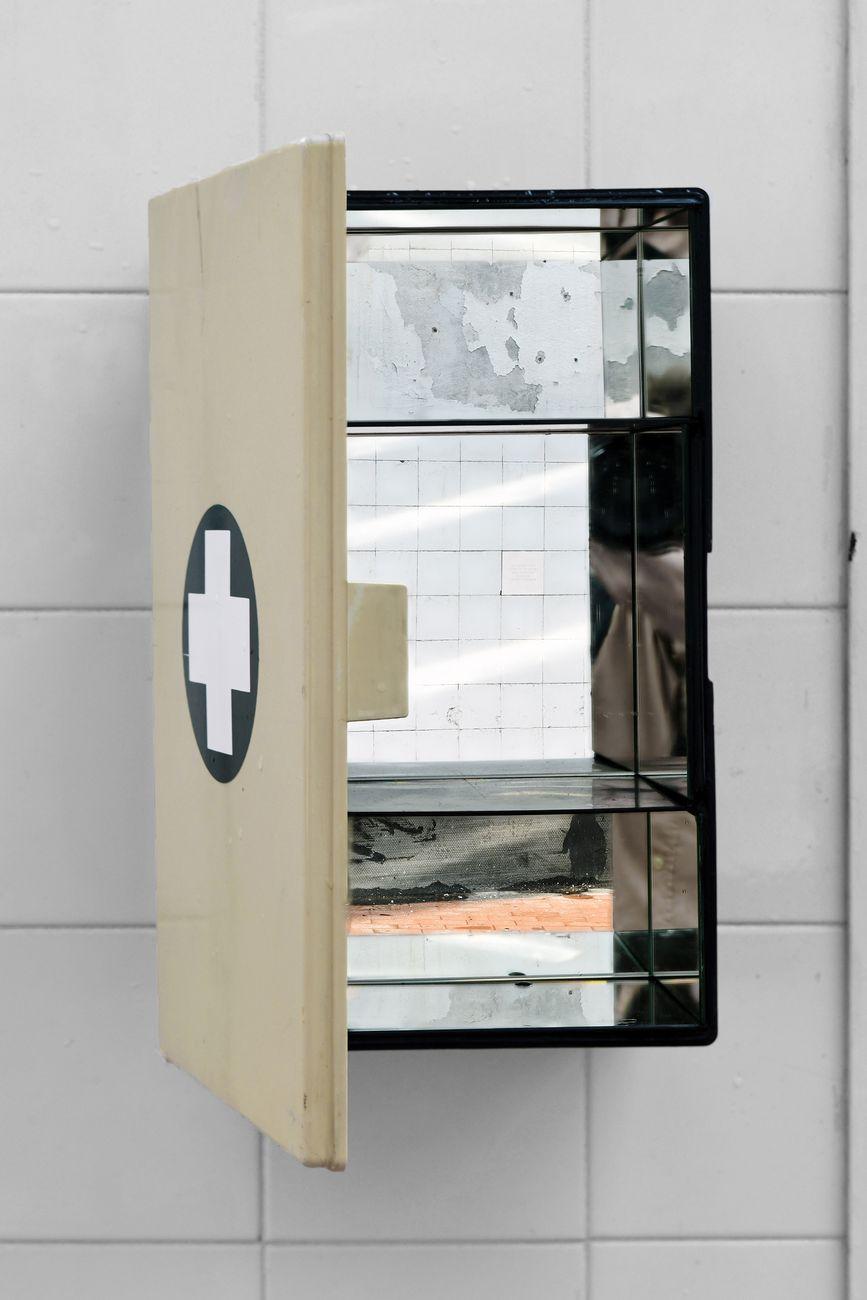 Alessandro Simonini, Phàrmakon, 2019, cassetta del pronto soccorso, specchi, 20 x 37 x 14 cm. Intervento per BienNolo 2019. Photo Fabrizio Stipari