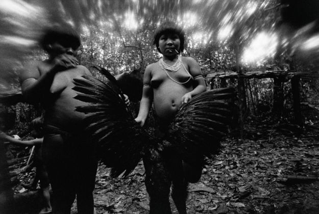 Claudia Andujar, Candinha and Mariazinha Korihana thëri clean red billed curassow, whose plumage is used to feather arrows, Catrimani, Roraima, 1974