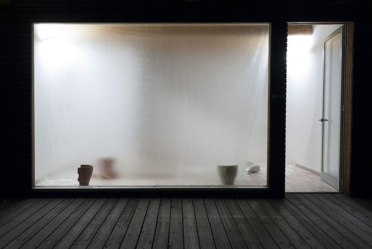 Gianluca Brando, Nu Vaso, 2019, terracotta, gesso, gres, terra cruda, lastra di ottone (175x60x0,2 cm), teli di polietilene mossi dall'aria, dimensioni site specific. Installation view at BoCs Art, Cosenza