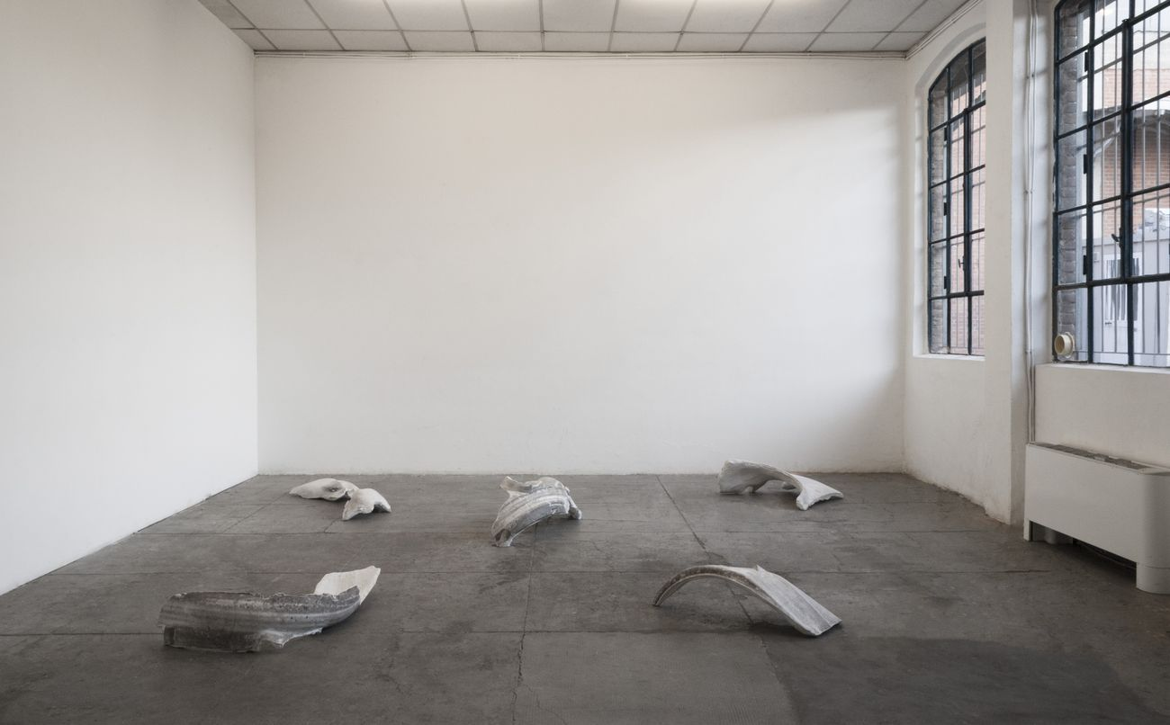 Gianluca Brando, Passaruota, 2019 20, calchi in gesso, residui di grasso e polvere, dimensioni variabili. Installation view at Cripta747, Torino