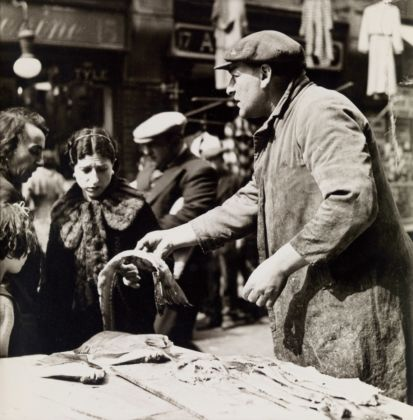 László Moholy-Nagy. Pick me out two soft roes (Fishmarket, Brixton). Gelatin silver print, 1936. 210 x 203 mm (253 x 203 mm). Courtesy Jörg Maass Kunsthandel, Berlin