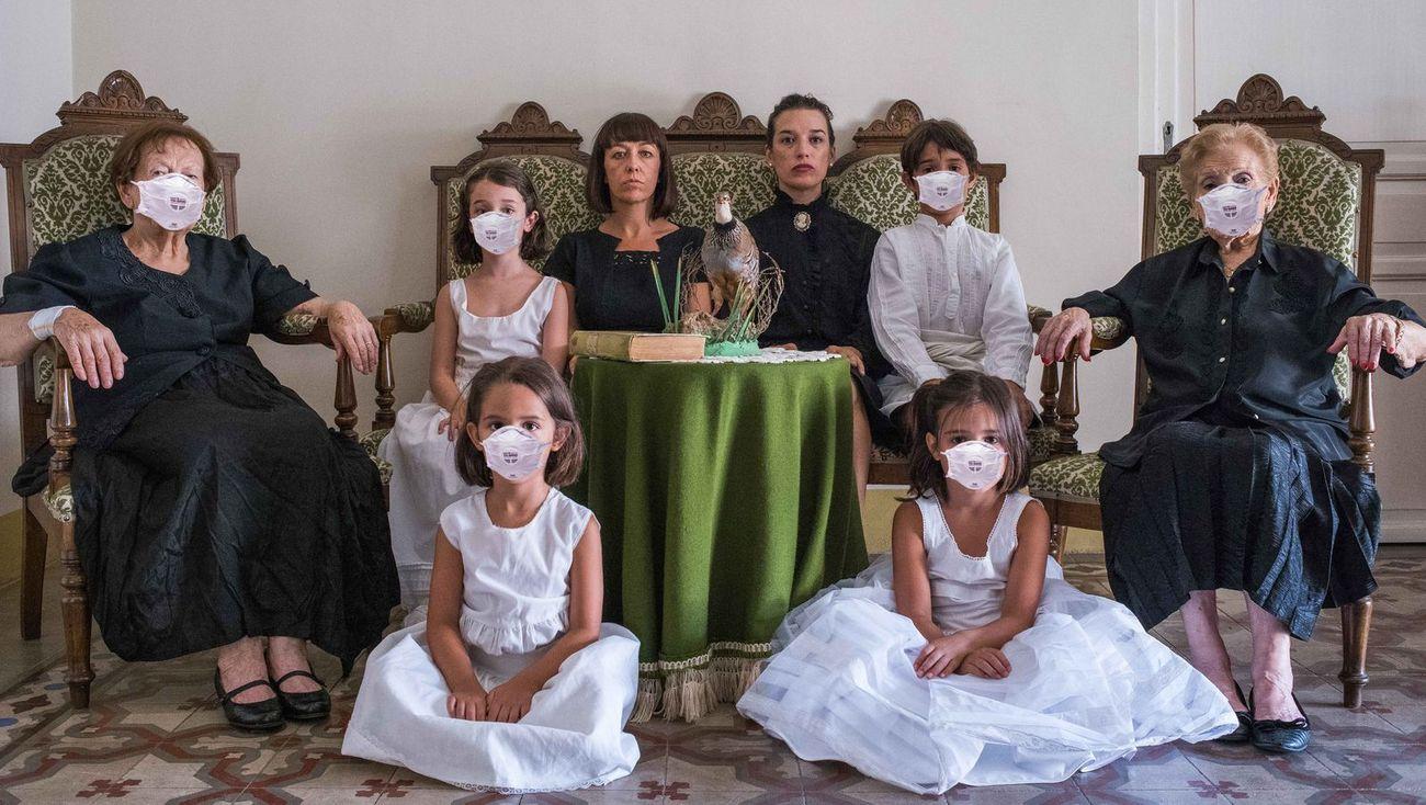 Las Mitocondria (María Ángeles Vila & Alicia Herrero), Retrato de Familia, 2020, tableau vivant, fotografia. AlbumArte, Roma