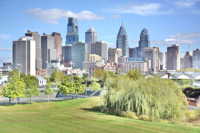 Mefman00, Photo of the Philadelphia skyline taken from the South Street Bridge, showing Penn Park in the foreground. Created October 5, 2015. Fonte Wikipedia CC0