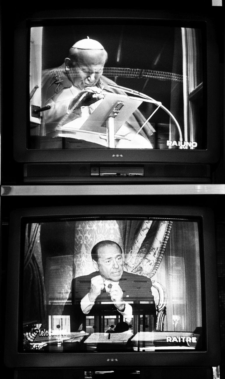 Monitor fotografati negli studi Rai di Cinecittà. Roma, 1995