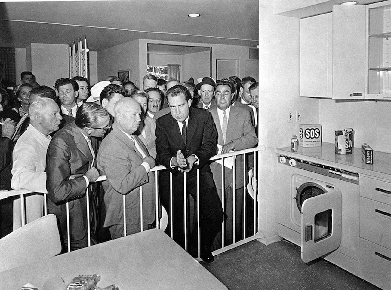 Richard Nixon & Nikita Khrushchev discutono nella casa prefabbricata X-61 (Splitnik) all'American National Exhibition a Mosca, Russia, 1959 © picture alliance - AP Images