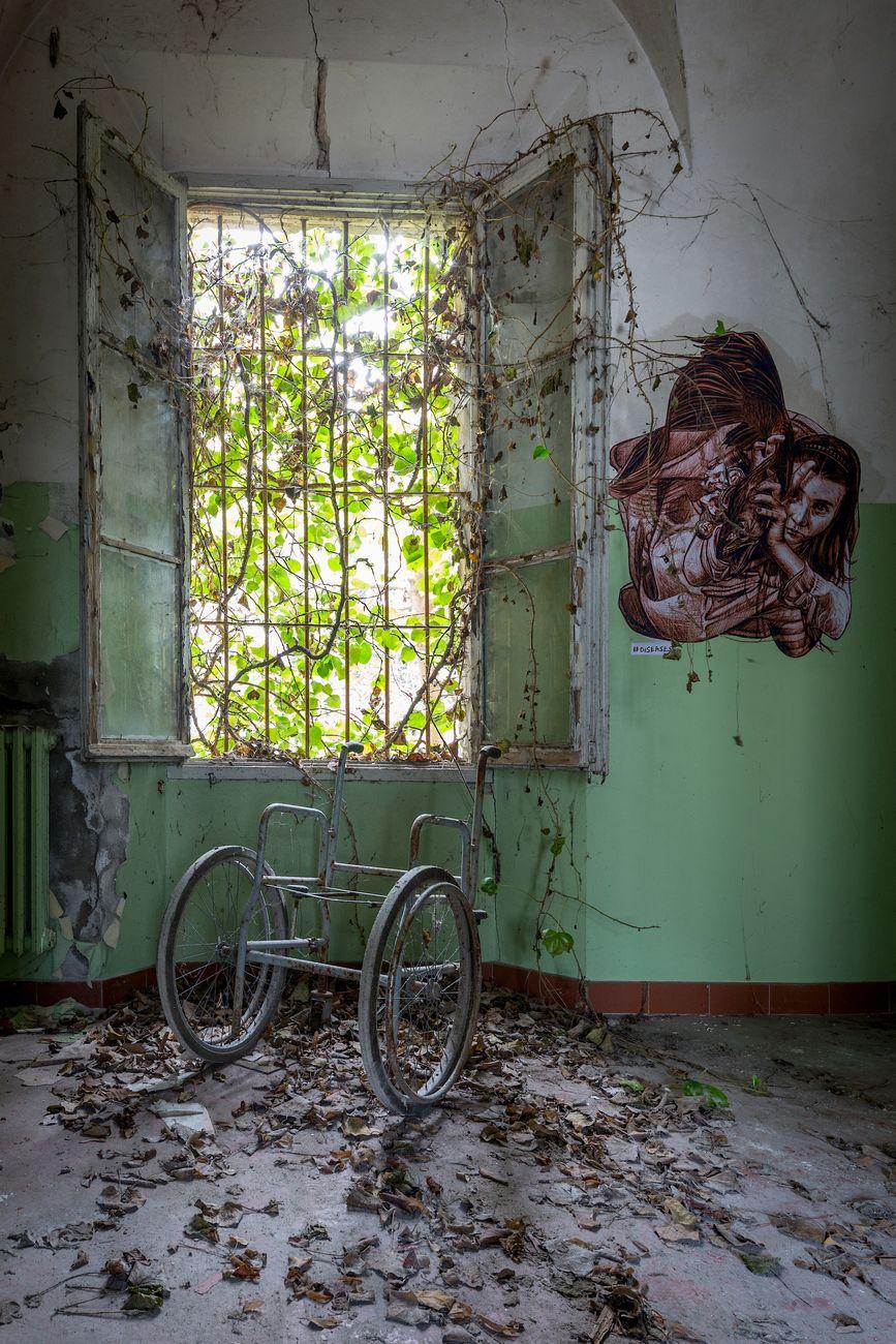 Vera Bugatti, Le celle sono il luogo più doloroso, luogo abbandonato 2019. Photo Matteo Mazzoli