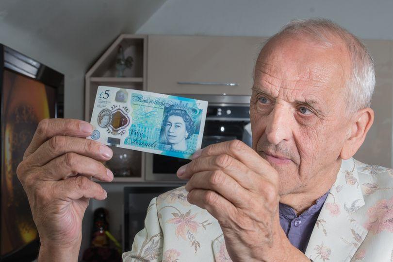 Graham Short mostra una delle rare banconote da 5 sterline, plymouthherald.co.uk