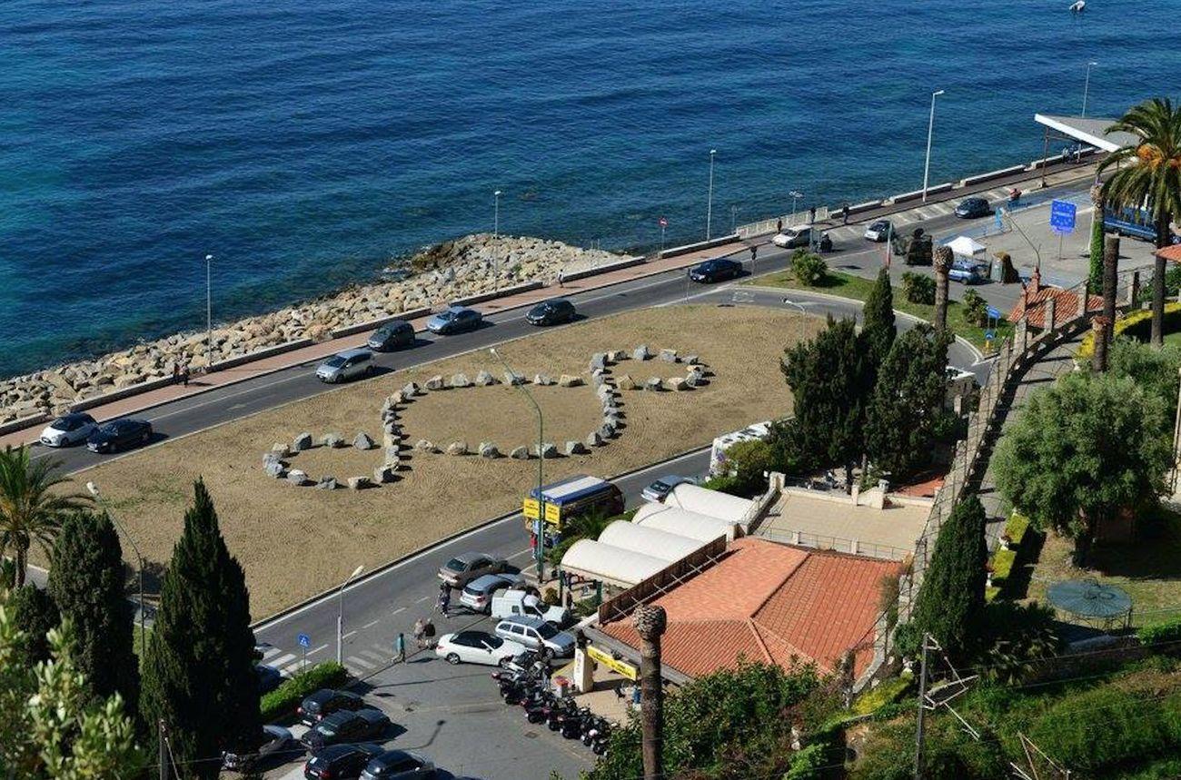Il Terzo Paradiso di Michelangelo Pistoletto sul confine. Progetto promosso dal Comune di Ventimiglia con il Dipartimento Educazione Castello di Rivoli, l'associazione Pigna Mon Amour e la Rete delle Ambasciate del Terzo Paradiso, Ventimiglia 2017