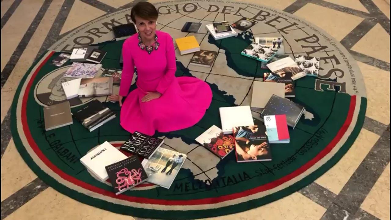 Patrizia Sandretto Re Rebaudengo seduta sul tappeto Il Bel Paese di Maurizio Cattelan