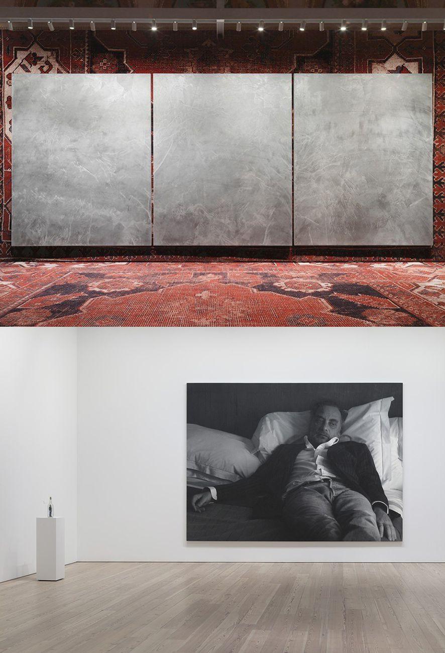 Sopra, Rudolf Stingel a Palazzo Grassi; sotto, in un laconico autoritratto
