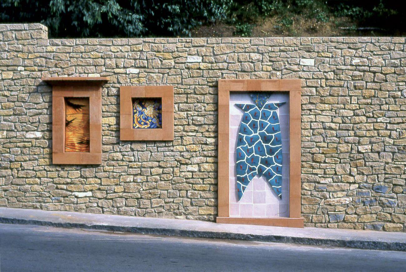 Ugo La Pietra, Muro delle meraviglie, intervento urbano a Caltagirone, 2000
