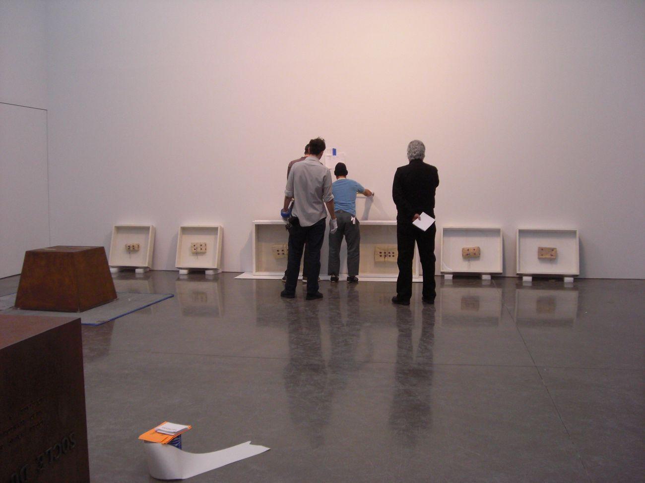 Germano Celant durante l'allestimento della mostra Piero Manzoni, Gagosian Gallery, New York 2009. Photo Rosalia Pasqualino di Marineo, Fondazione Piero Manzoni