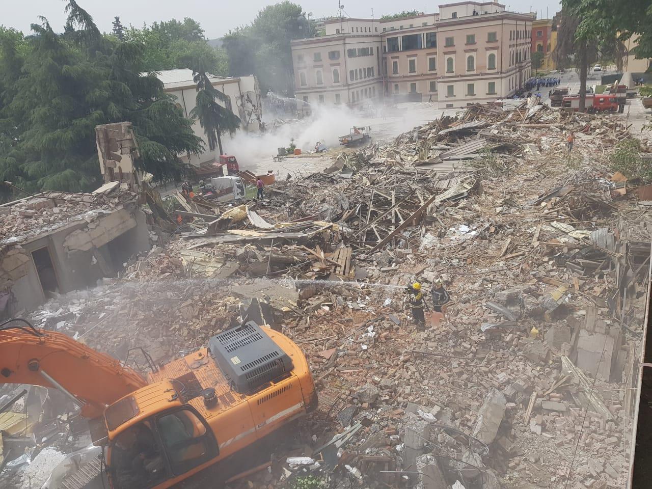 La demolizione del Teatro Nazionale di Tirana