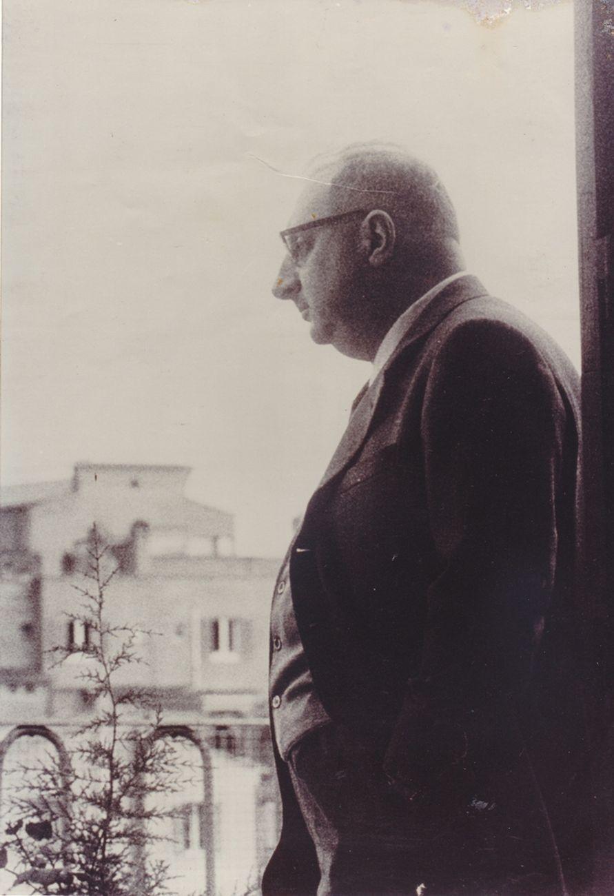 Manganelli contempla il panorama, anni Sessanta. Archivio Lietta Manganelli