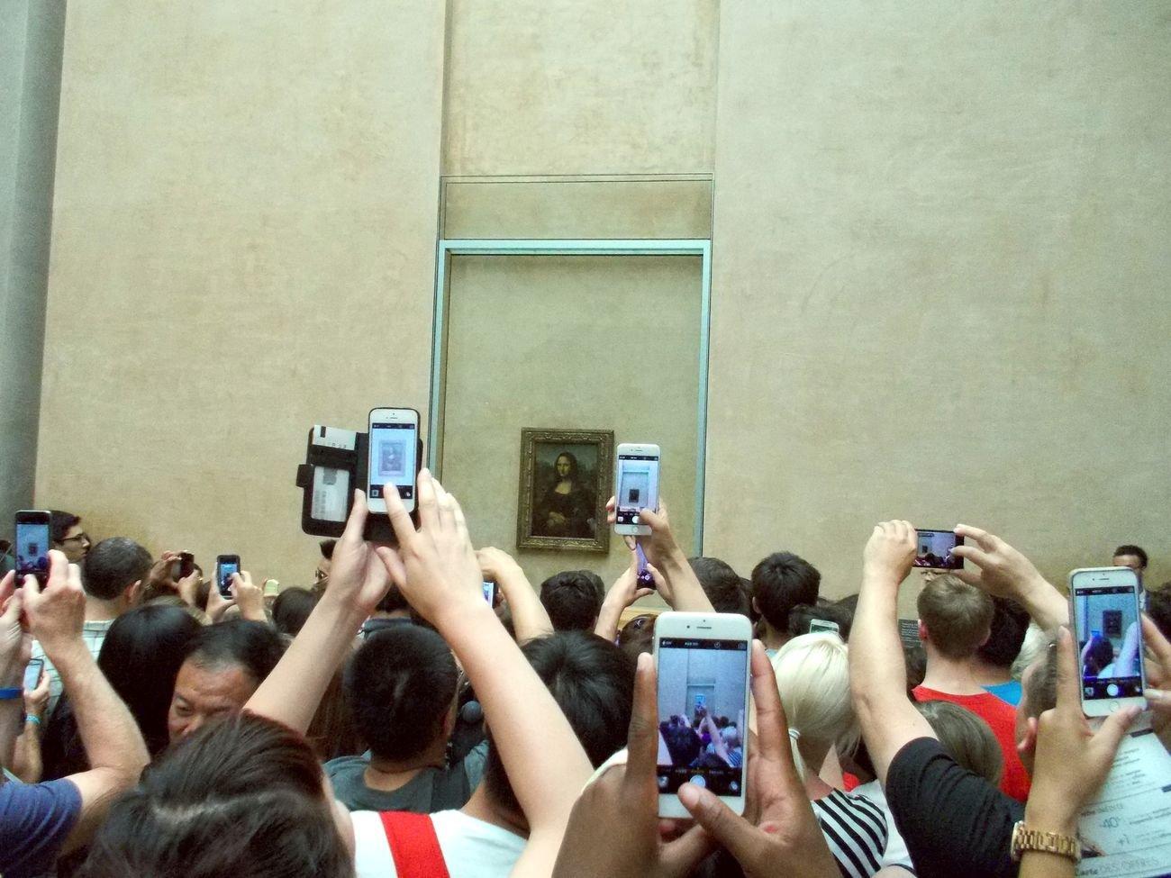 Turisti che fotografano la Gioconda al Museo del Louvre, Parigi