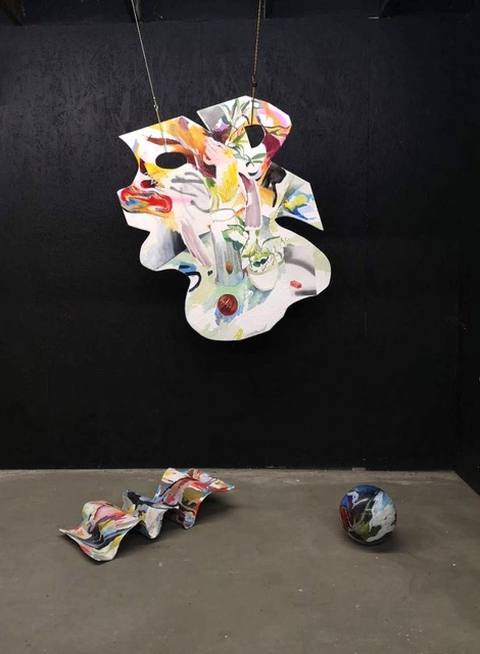 Anna Capolupo, Odalisca, 2019, tecnica mista su legno, cartapesta e palla da bowling, dimensioni ambientali