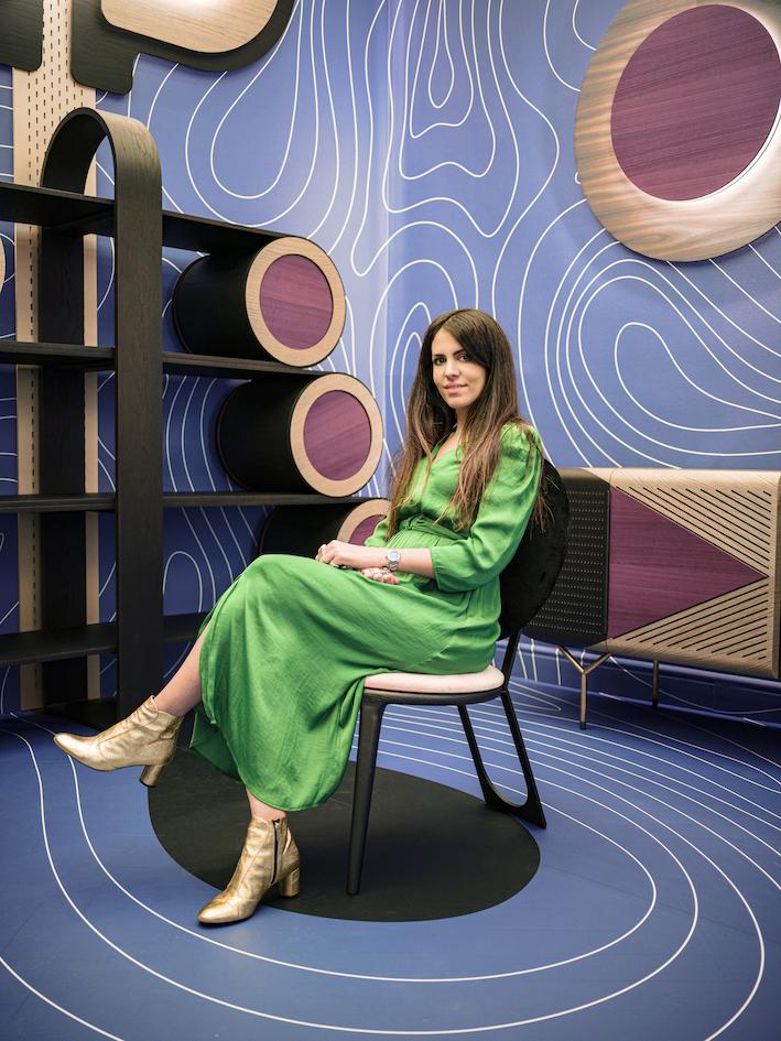 Ritratto di Elena Salmistraro nell'installazione site-specific Wood Waves, con mobili da lei disegnati (Fuorisalone 2019)