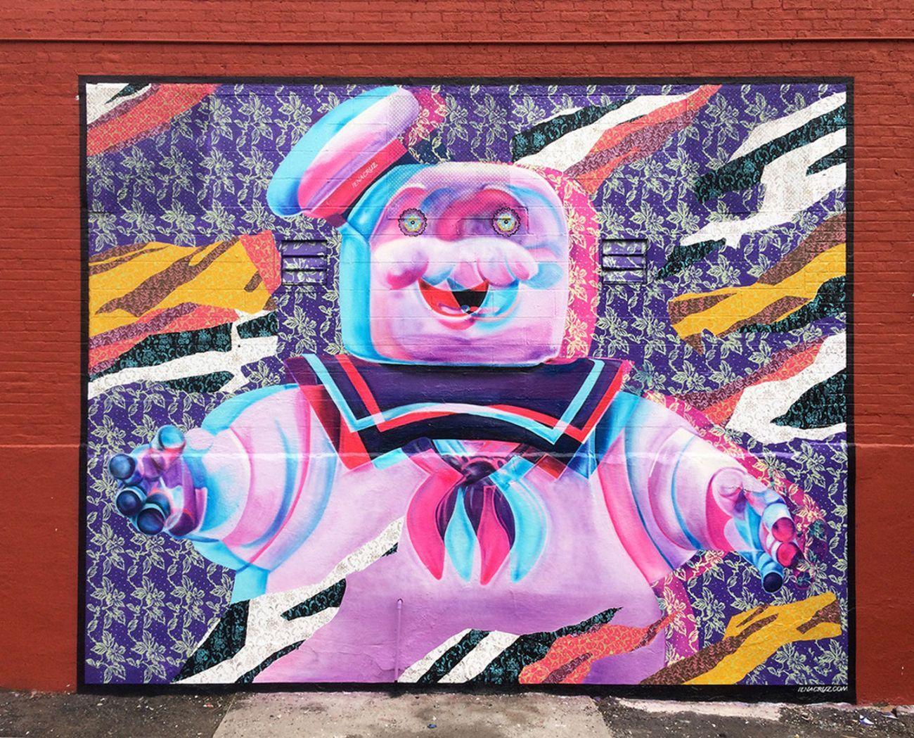 Iena Cruz, Marshmallow Man 3D, New York, 2017. L'opera è stata coperta da una cabina di metallo, ma è ancora parzialmente visibile. Photo courtesy of the artist