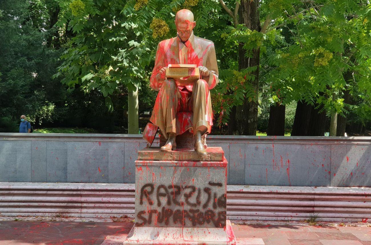 La statua di Indro Montanelli a Milano vandalizzata, 2020