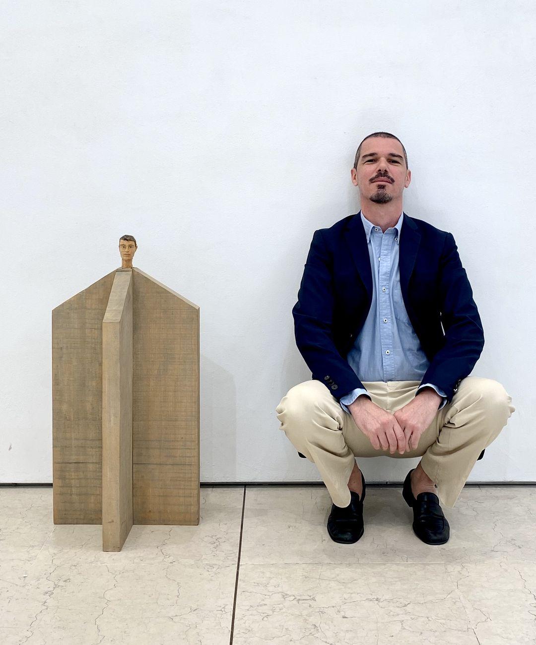 Memmo Grilli con Turm (2007, pioppo e vernice, cm 79x40x40) di Stephan Balkenhol
