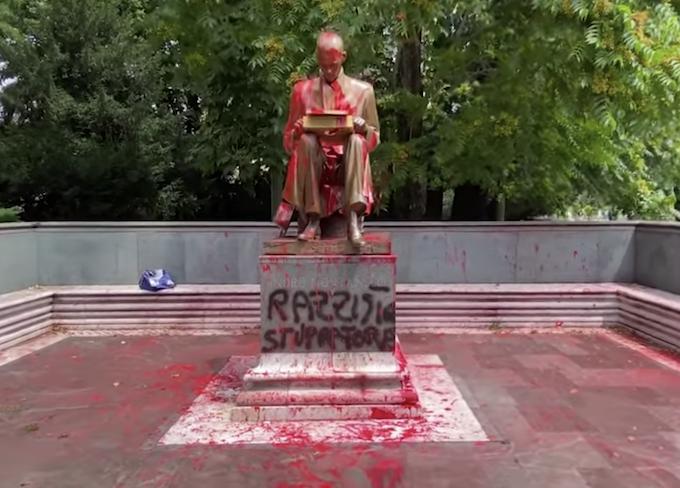 Statua di Indro Montanelli imbrattata - Giardini pubblici in via Palestro, Milano