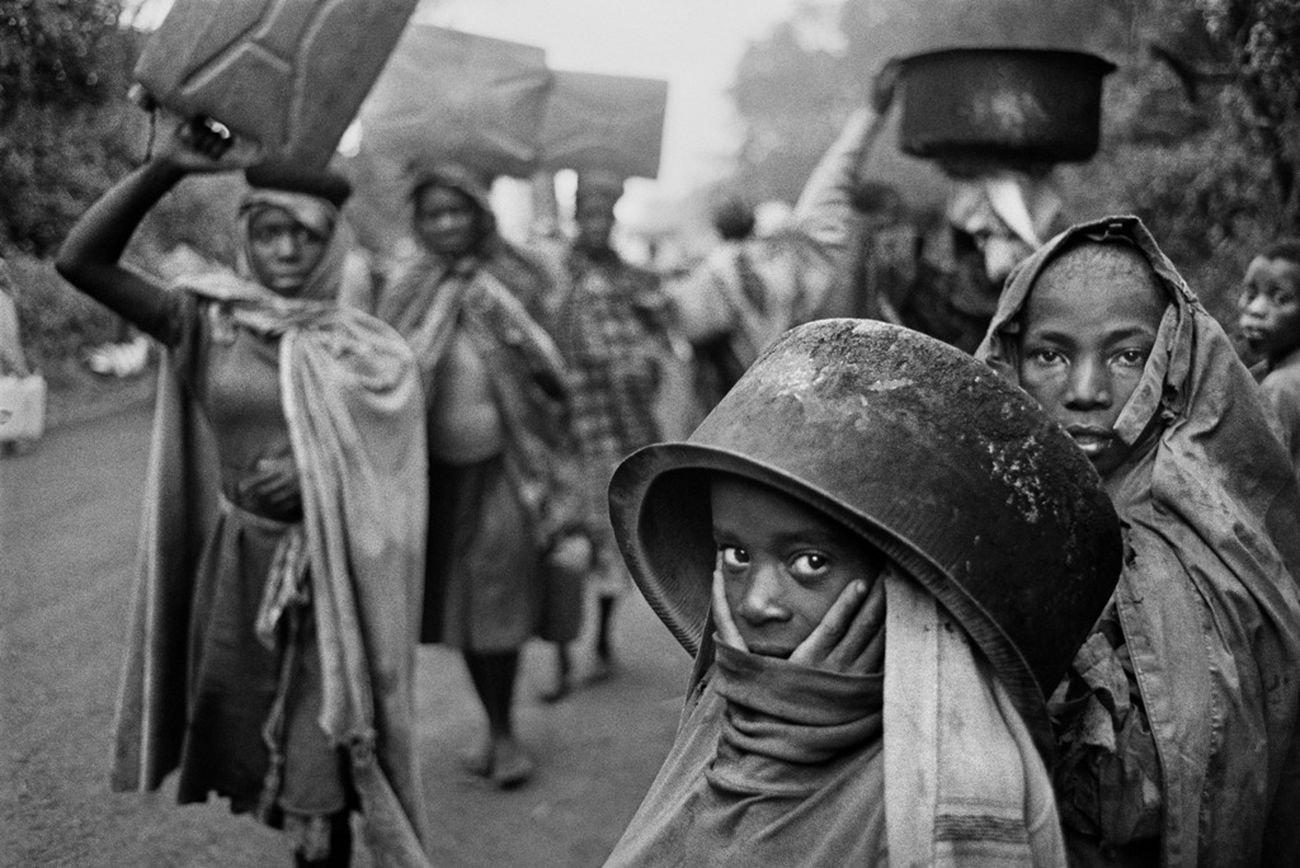 Sebastião Salgado, Water supplies are often far away from the refugee camps. Goma, Zaire, 1994 © Sebastião Salgado Amazonas Images Contrasto