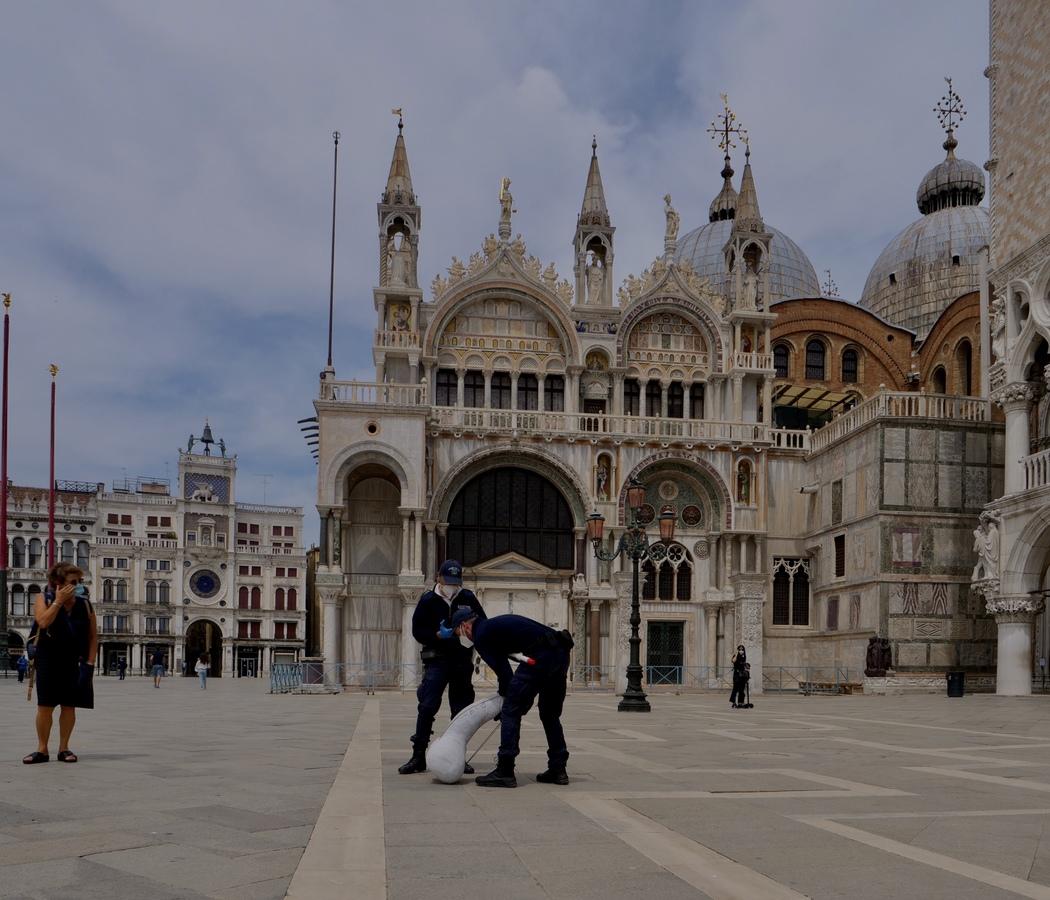 #ciapaipaebae, Piazza San Marco, Venezia. Gli agenti tentano di rimuovere l'opera