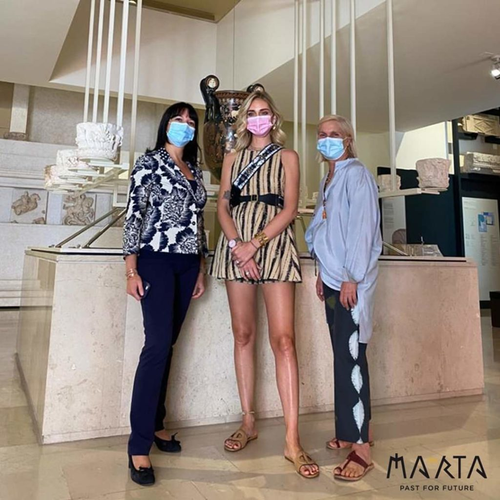 Chiara Ferragni al MARTA di Taranto con Eva Degl'Innocenti, direttrice del museo, e Maria Grazia Chiuri, direttrice creativa di Dior, courtesy MARTA
