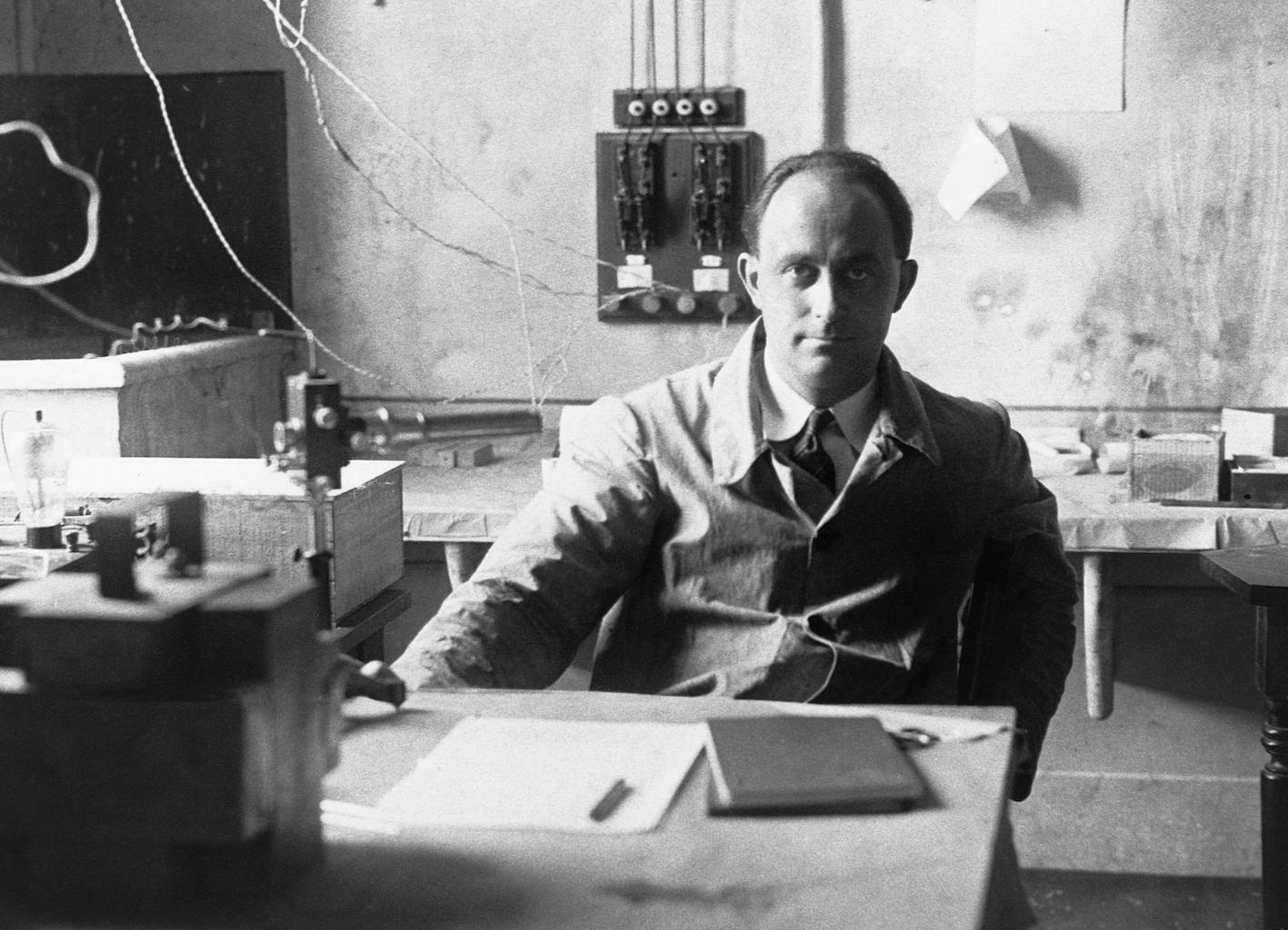 Fermi seduto alla sua scrivania, Roma, 1938 circa - photo credits CREF-Centro Ricerche Enrico Fermi e Patrimonio archivistico del Dipartimento di Fisica di Sapienza Università di Roma