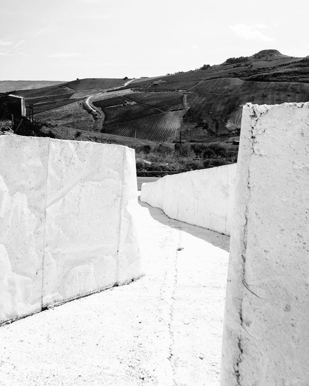 Federica Marretta, Dettaglio, verticale, del Cretto in bianco e nero, 2019, IG @ph_federica_marretta