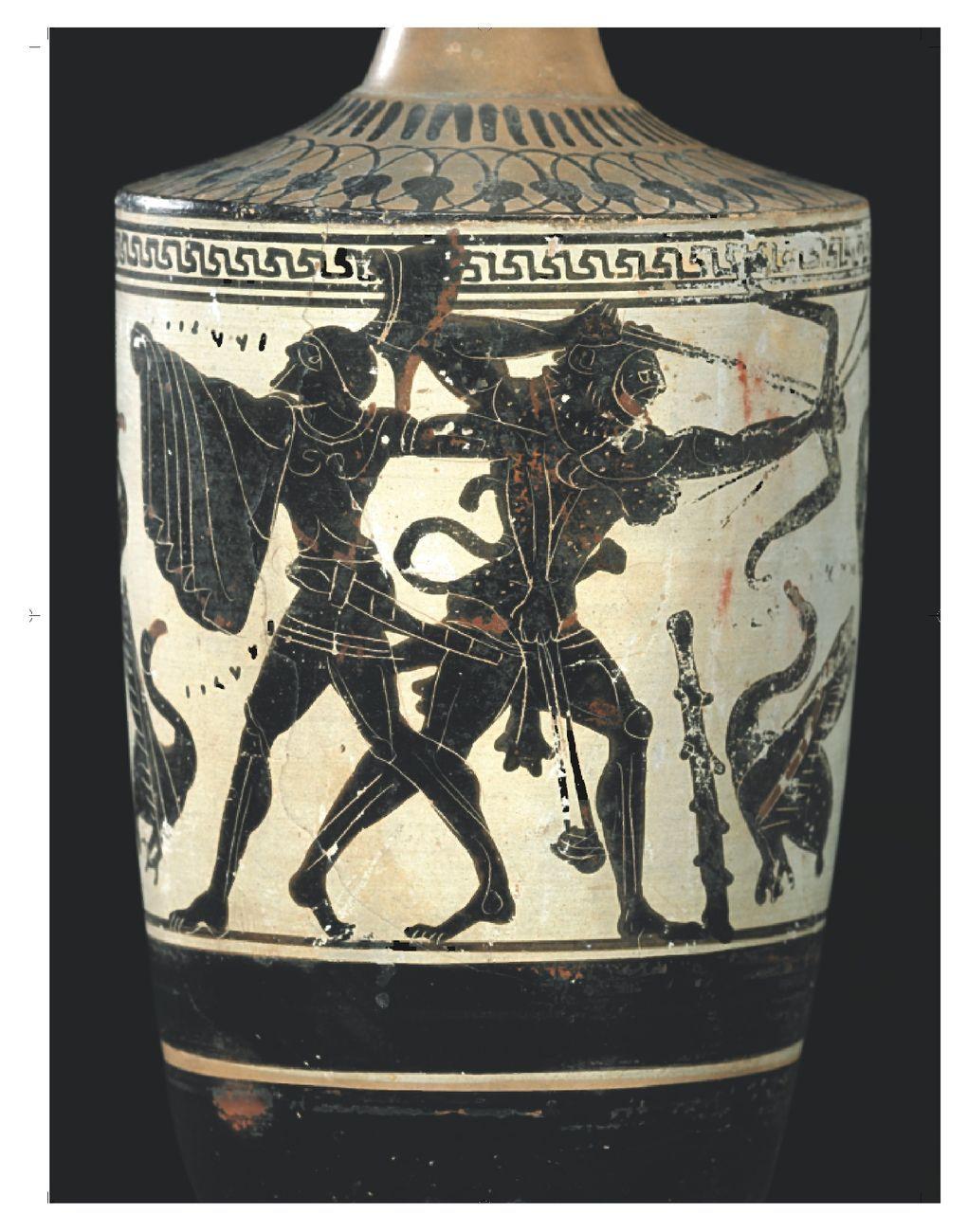 Lekythos attica a figure nere con raffigurazione di Ercole in lotta contro gli uccelli stinfalidi. Databile intorno al 490 a.C. Restituita dal Museum of Fine Arts di Boston nel 2006. Colori degli Etruschi, Centrale Montemartini, Roma 2020