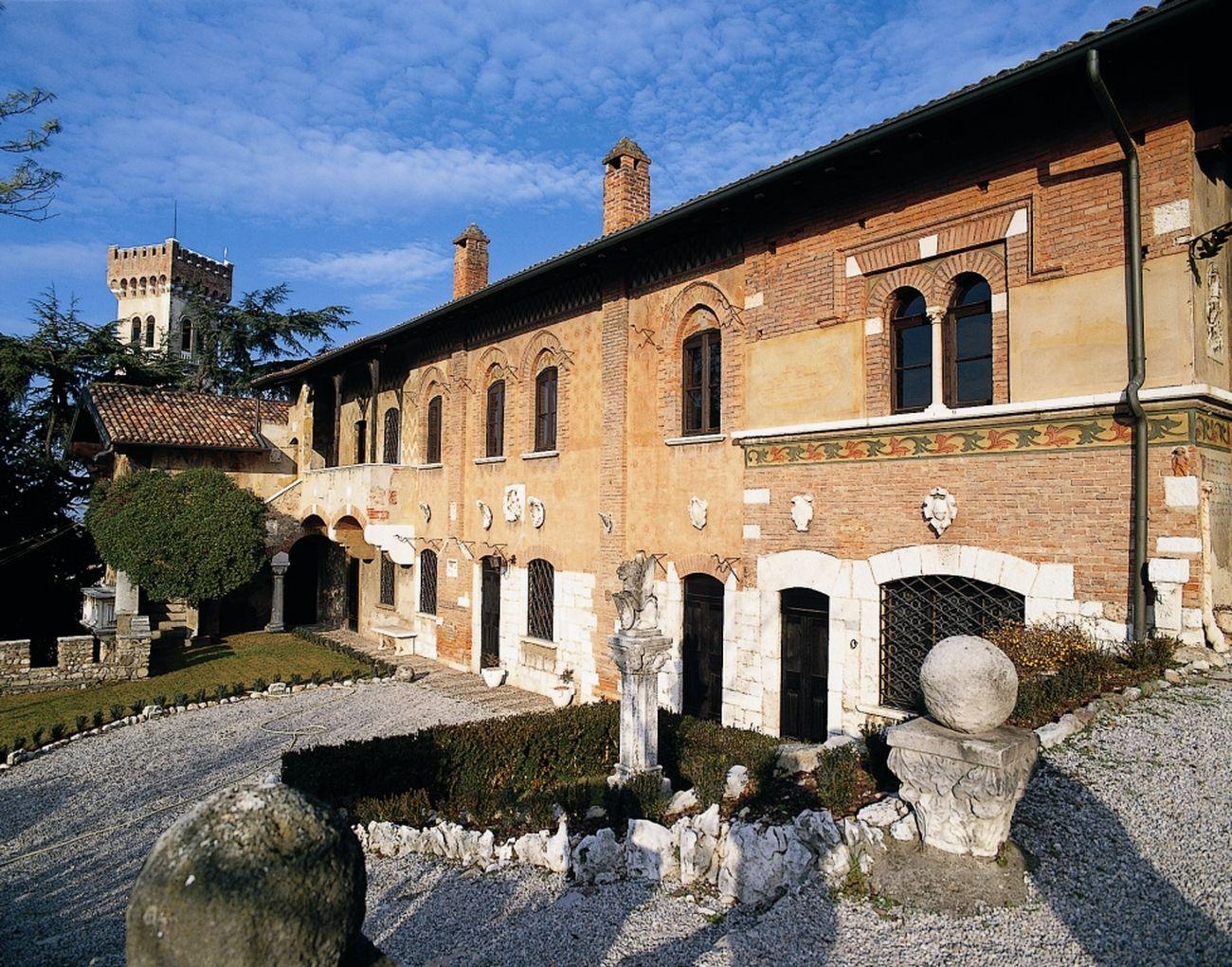 La facciata dai giardini interni della Casa del Podestà. Courtesy Fondazione Ugo Da Como