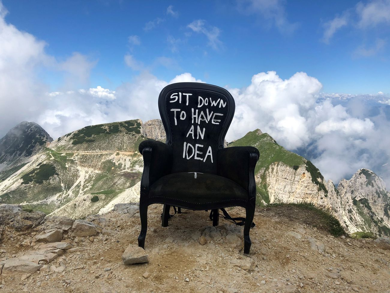 La poltrona 'Sit down to have an idea' sulla cima del monte Carega. Photo Alessandro Frangi