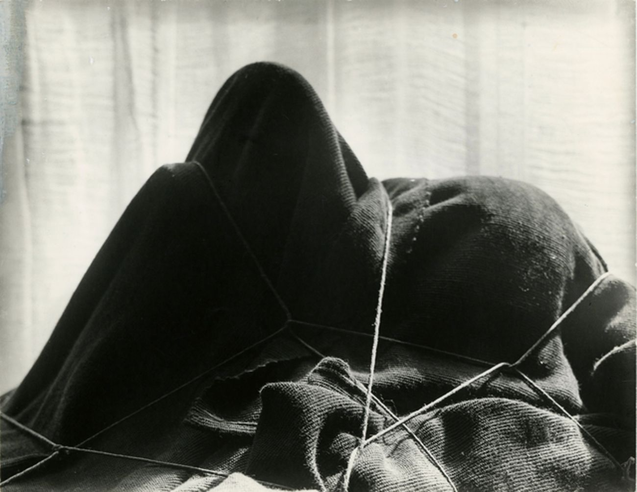 Man Ray, L'enigma di Isidore Ducasse, 1920. National Gallery of Australia, Canberra