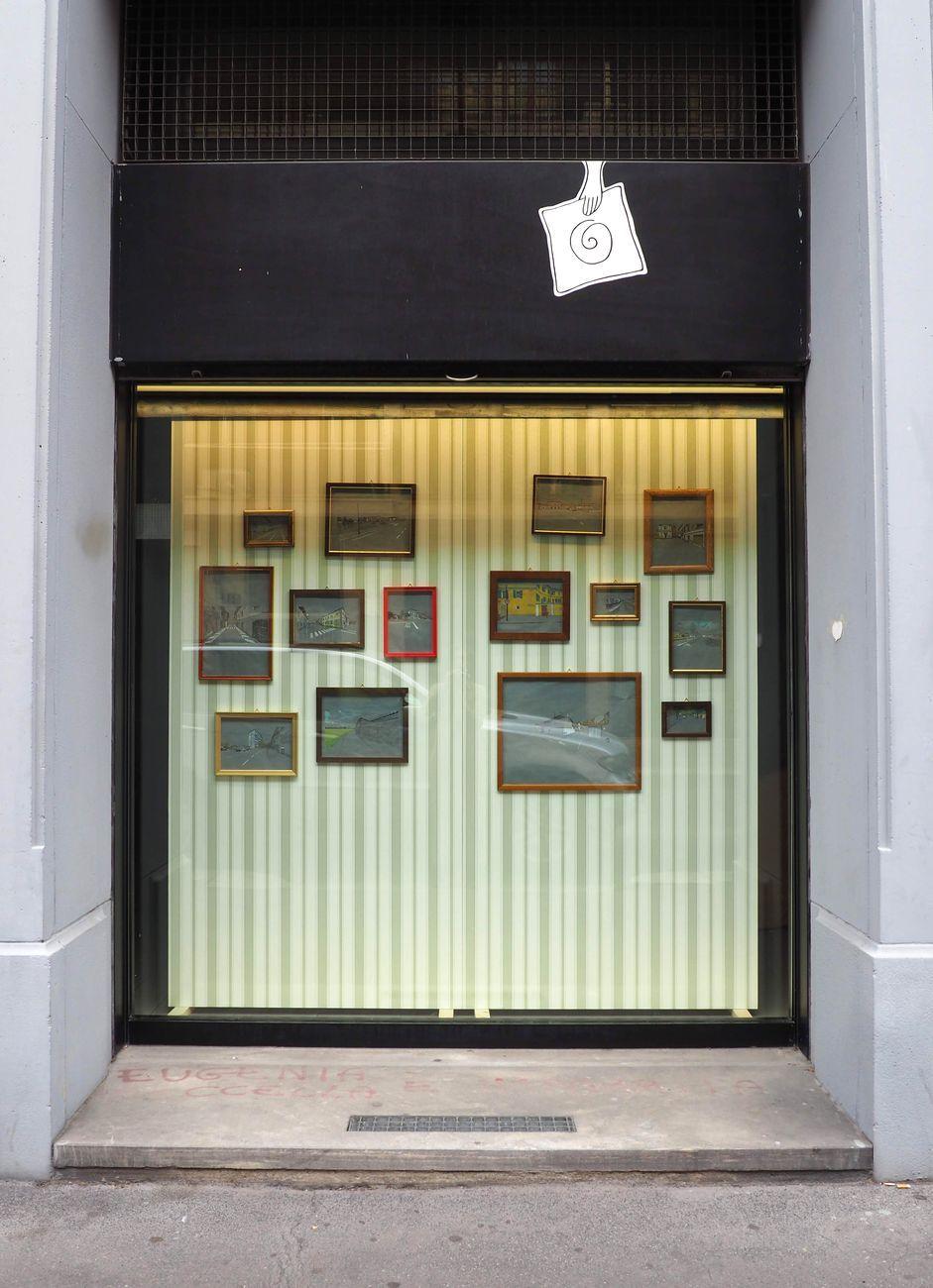 Paola Gaggiotti, Le immagini che restano, 2020. Quarta Vetrina, Libreria delle donne di Milano. 14 disegni su pannelli, cm 212x220. Veduta esterna
