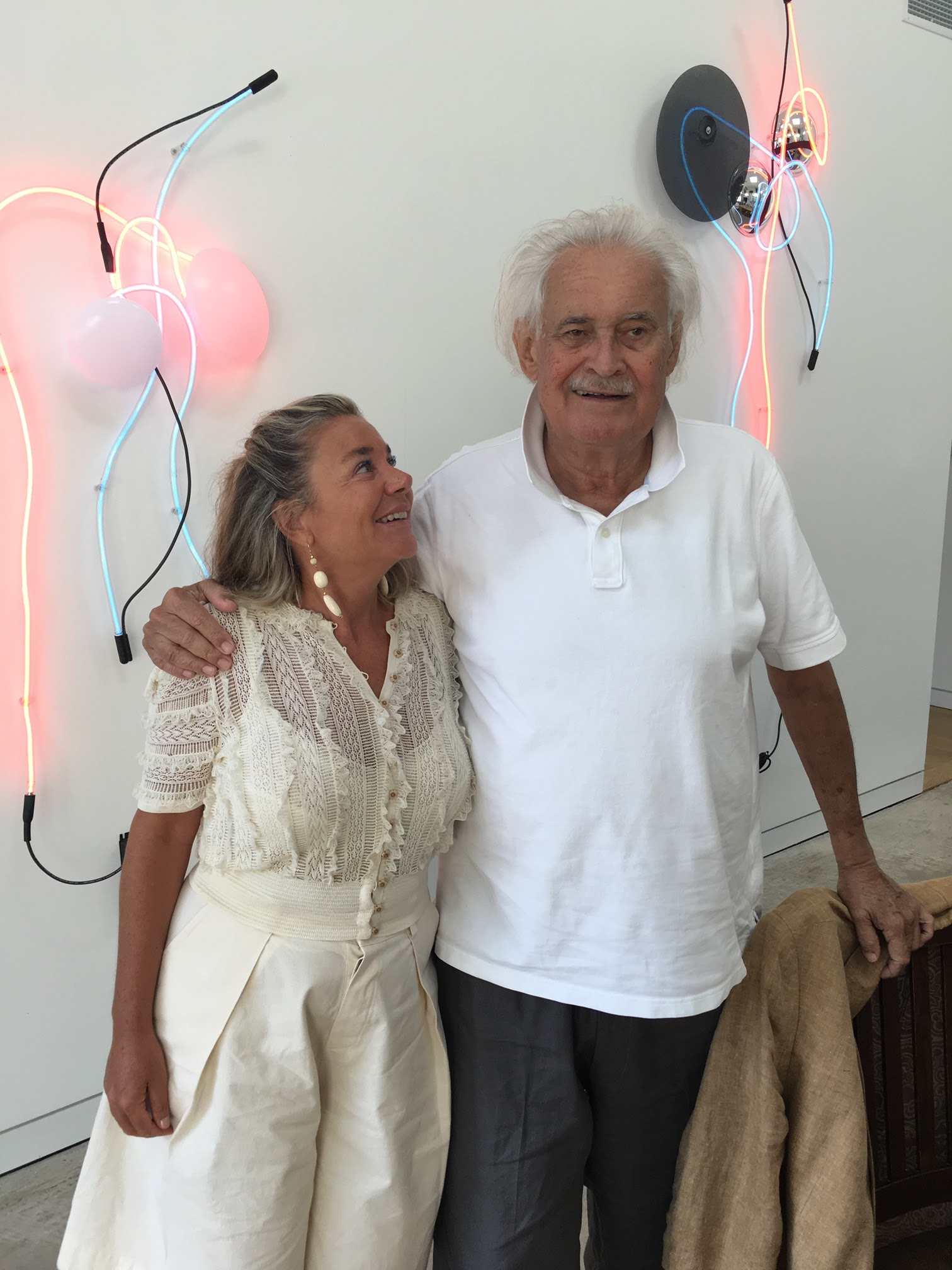 Keith Sonnier e Annamaria Maggi, Bridgehampton NY, 2018. Courtesy Galleria Fumagalli